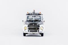 Främre sikt av den klassiska tappningpolisbilen, skalamodell Royaltyfria Bilder