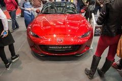Främre sikt av den konvertibla bilen för Mazda MX 5 Miata på den Belgrade bilshowen 2016 Arkivbild