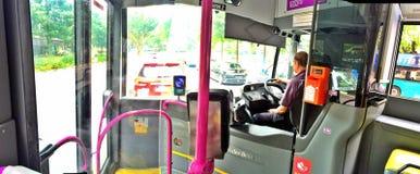 Främre sikt av den offentliga bussinre i Singapore Arkivbild