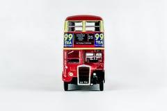 Främre sikt av den röda London för klassisk tappning bussen Royaltyfri Fotografi