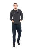 Främre sikt av den säkra unga mannen i sportswear som går med händer i fack Arkivbilder