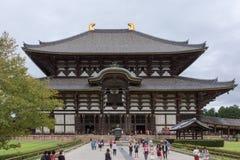 Främre sikt av den Todai-ji templet som inhyser den största Buddhastatyn Arkivfoton