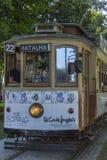 Främre sikt av den typiska traditionella spårvagnen, Oporto arkivfoto