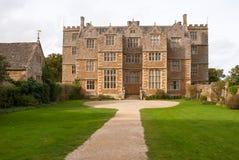 Främre sikt av det Chastleton huset, Oxfordshire Royaltyfri Bild
