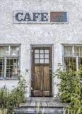 Främre sikt av det gamla övergav kafét med en härlig gammal wood dörr Fotografering för Bildbyråer