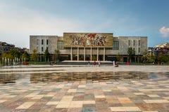 Främre sikt av det nationella historiska museet i Tirana Albanien fotografering för bildbyråer