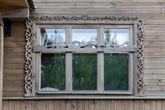 Främre sikt av det stora breda träfönstret i hus Arkivbilder