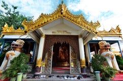 Främre sikt av Dhammikarama den Burmese buddistiska templet arkivbild