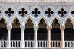 Främre sikt av doges slottfasaden i Venedig, Italien arkivfoton