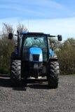 Främre sikt av en blå traktor Arkivfoton