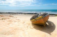 Främre sikt av en bruten kanot över sanden Royaltyfri Fotografi