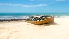 Främre sikt av en bruten kanot över sanden Arkivbilder