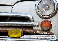 Främre sikt av en gammal bilcloseup Royaltyfri Fotografi
