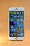 Främre sikt av en guld- färgiPhone 6s plus Arkivbild