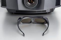 Främre sikt av en hem- bioprojektor med 3D-glasses Fotografering för Bildbyråer