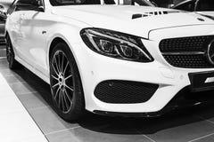 Främre sikt av en Mercedes Benz C 43 AMG 2018 Billyktasystem Bilyttersidadetaljer svart white Fotografering för Bildbyråer