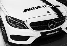 Främre sikt av en Mercedes Benz C 43 AMG 2018 Billyktasystem Bilyttersidadetaljer svart white Royaltyfria Bilder