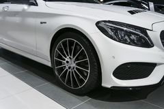 Främre sikt av en Mercedes Benz C 43 AMG 4matic Bi-turboladdare 2018 Billyktasystem Bilyttersidadetaljer Royaltyfria Foton
