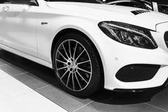 Främre sikt av en Mercedes Benz C 43 AMG 4matic Bi-turboladdare 2018 Billyktasystem Bilyttersidadetaljer svart white Royaltyfri Bild