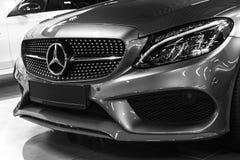 Främre sikt av en Mercedes Benz C 43 AMG 4Matic kupéV8 Bi-turboladdare 2018 Bilyttersidadetaljer svart white Arkivfoton