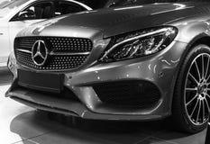 Främre sikt av en Mercedes Benz C 43 AMG 4Matic V8 Bi-turboladdare 2018 Bilyttersidadetaljer svart white Royaltyfria Bilder