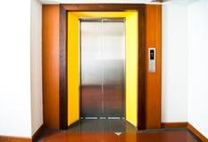 Främre sikt av en modern hiss med stängda dörrar i lobby Royaltyfri Fotografi