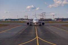 Främre sikt av en passagerarenivå på flygplatslandningsbanan royaltyfria foton