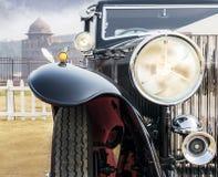 Främre sikt av en Retro/tappning-/Oldtimersalongbil arkivfoto