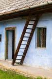 Främre sikt av ett gammalt hus Arkivfoton