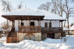 Främre sikt av ett gammalt traditionellt rumänskt hus i vinter Royaltyfria Foton
