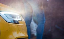 Främre sikt av ett lyxigt bilslut upp med ljus på och smokey på Royaltyfri Foto