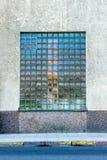 Främre sikt av ett stort mosaikfönster på en stadsbyggnad Arkivfoto