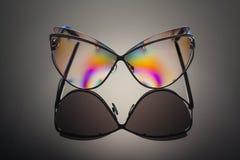 Främre sikt av genomskinlig polariserad färgrik reflekterad sunglasse Arkivbilder