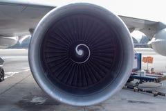 Främre sikt av jetmotorn på flygplatsbakgrund arkivfoto