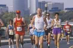 Främre sikt av löpare under maraton Arkivbild