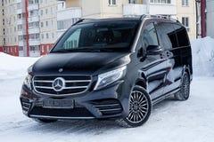 Främre sikt av nytt en dyr stötdämpare för Mercedes Benz V-grupp minivan och huv av en bil, en lång svart limousine, modelldet fr royaltyfri foto
