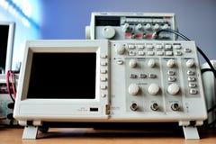 Främre sikt av oscilloskopapparaten arkivbild