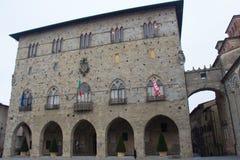 Främre sikt av Palazzo del Comune columned korridor hungary för byggnadsstad Kommunalt museum av Pistoia tuscany italy royaltyfria bilder