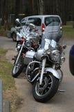 Främre sikt av parkerade motorcyklar Yamaha XV 1700 vägstjärna Silverado och Kawasaki Vulcan VN 1500 i molnig dag royaltyfri foto