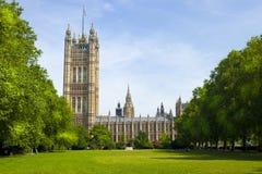 Främre sikt av parlamentet av England i London royaltyfria foton