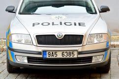 Främre sikt av polisbilen i den Prague staden Arkivfoton