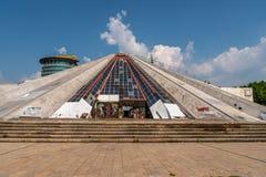 Främre sikt av pyramiden av Tirana royaltyfri bild