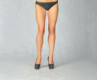 Främre sikt av sexiga ben i studio tonad bild Royaltyfri Foto