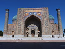 Främre sikt av Sher Dor Madrasah i den Registan fyrkanten, Samarkand, Uzbekistan Royaltyfri Foto
