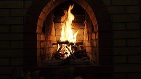 Främre sikt av spisen med bränningvedträ på natten lager videofilmer