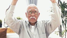 Främre sikt av två dunsar upp från gammal asiatisk man arkivfilmer