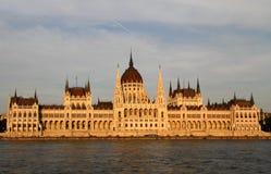 Främre sikt av Ungernparlamentbyggnad Royaltyfria Bilder