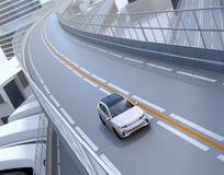 Främre sikt av vita elektriska SUV som kör på huvudvägen stock illustrationer