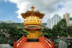 Främre sikt den guld- paviljongtemplet med den röda bron i Nan Lia royaltyfri fotografi