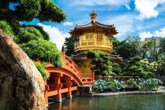 Främre sikt den guld- paviljongtemplet med den röda bron i Nan Lia royaltyfria bilder